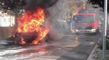 Dos cotxes es cremen parcialment per l'incendi d'un contenidor al carrer de Salamanca de Mira-sol