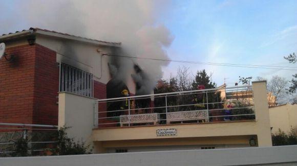 Un incendi crema dues plantes d'un edifici al carrer Fossar de les Moreres