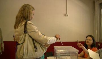 La candidata d'ERC-R, Mireia Ingla, anima els santcugatencs a votar