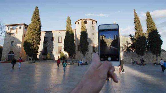Un instagramer fent una fotografia al Monestir / Foto: Web de l'Ajuntament