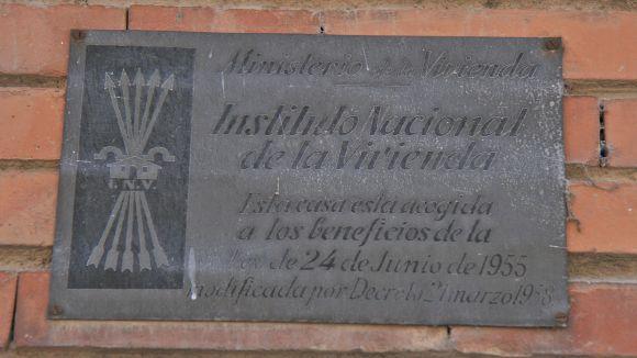 Una de les plaques de l'Instituto Nacional de Vivienda franquista / Foto: Creative Commons Tamorlan