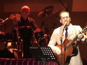 El cantautor converteix l'actuació en una crítica política en contra del PP