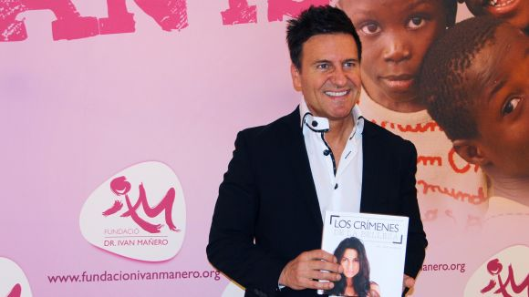 El doctor Ivan Mañero, amb clínica a Sant Cugat, presenta el llibre solidari 'Los Crímenes de la Belleza'
