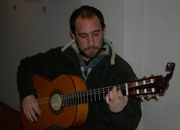 La guitarra flamenca de Javier Moreno Almeida posa so a les obres de la Canals Galeria d'Art