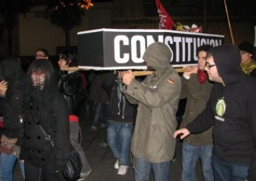 Les JERC 'enterren' la Constitució espanyola en protesta per la commemoració de la Carta Magna