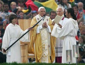 Un grup de voluntàries col·labora en l'organització de la visita del Papa a Madrid