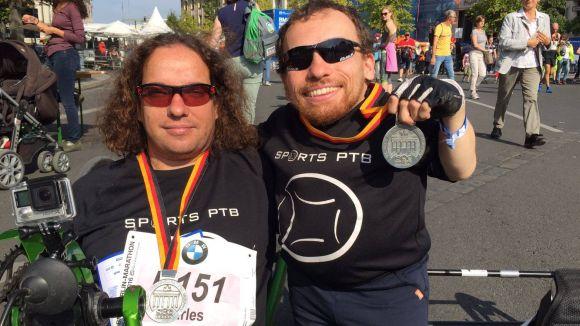 A la dreta, Joan Pahisa després de participar a la Marató de Berlín / Font: Joan Pahisa