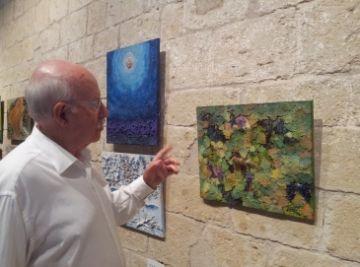 L'artista Joan Tortosa a l'exposició que es pot veure a la Sala Capitular del Monestir