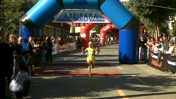 Andrés Acuña en el moment de guanyar la cursa