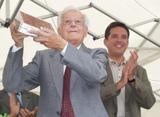 El mestre Joaquim Soms rep un record de Sant Cugat, de mans de l'alcalde