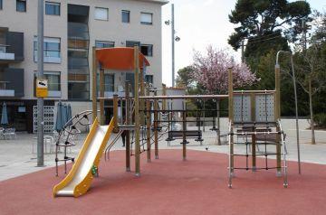 La plaça de Lluís Millet estrena una nova àrea de joc infantil