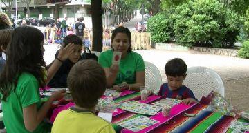 Jocs d'arreu del món omplen la plaça de Sant Francesc d'infants de totes les cultures