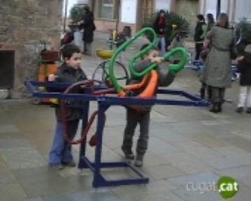 Els infants descobreixen jocs tradicionals artesans als jardins del Monestir