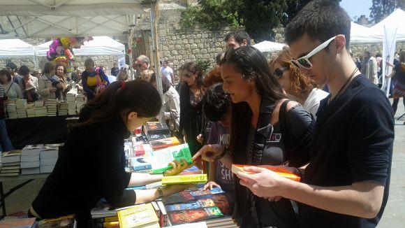 La novel·la es desplega per Sant Jordi amb els autors locals