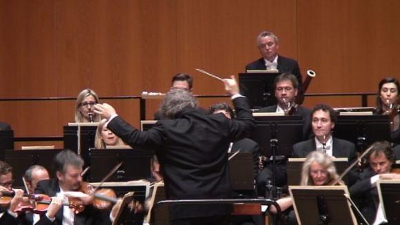 El mestre Josep Pons dirigint l'orquestra durant l'actuació al Teatre-Auditori
