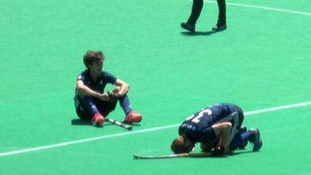 Els jugadors abatuts després de la desfeta / Foto: Cugat.cat