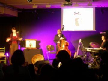 'Capsa de curculles' sorprèn el públic amb teatre 'kamishibai' i instruments reciclats