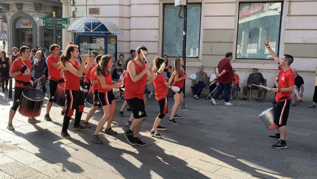 Els carrers de la ciutat ballen a ritme de la percussió de Karabassà i d'altres entitats