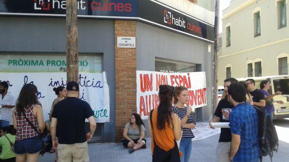 Un grup de joves ocupa uns baixos a l'avinguda de Cerdanyola per fer un casal autogestionat