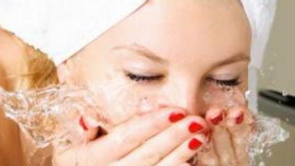 Cal netejar la pell de la brutícia provocada per la contaminació i les restes de maquillatge / Foto: cc