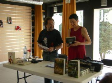 Lloll Bertran i Celdoni Fonoll presenten els seus llibres a l'Abacus amb tocs d'humor i teatre
