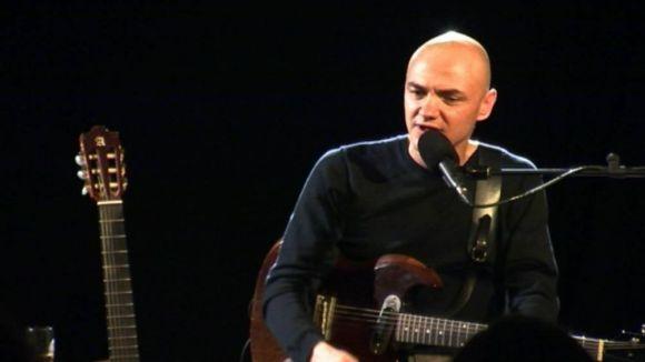 Marc Parrot encisa amb música, màgia i bon humor