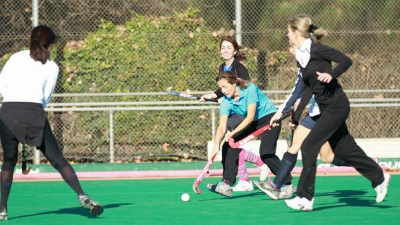 El conjunt de mares d'hoquei herba del Junior participa al torneig de l'Egara