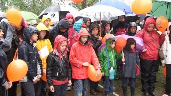 La marxa solidària de La Vall camina sota la pluja a favor de la dona