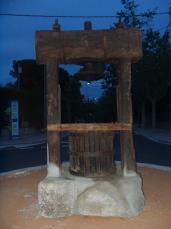 Una antiga premsa de vi ocupa el centre de la plaça