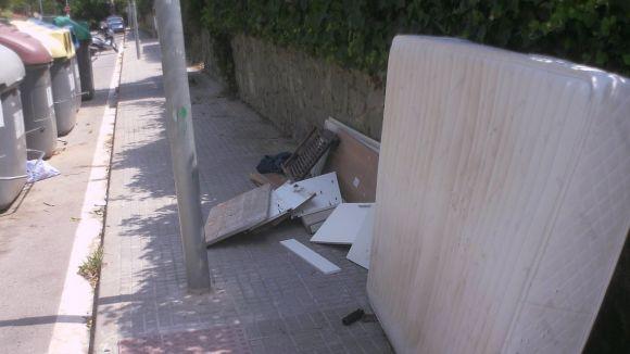 Aquest matalàs es troba al costat dels contenidors del creuament dels carrers de Pompeu Fabra i Gijón