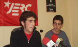 Els membres de les JERC, Ramon Puigneró i Roger Tugues, en roda de premsa informativa