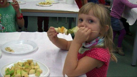 Un centenar d'infants descobreixen els beneficis de la fruita