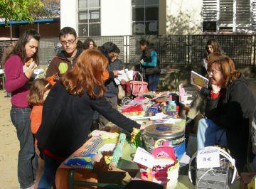 El mercat de segona mà de l'escola Maragall amplia públic, tot i la minva de material per vendre