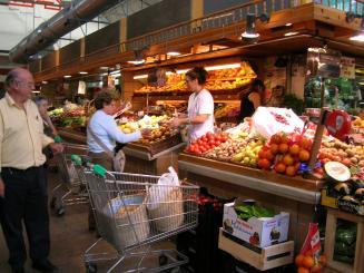 Els mercats municipals ofereixen servei durant l'agost