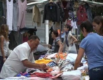 Els botiguers del mercadet dels dijous noten la baixada de compres a l'agost