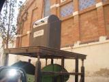 Els contenidors mostren pancartes on es denúncia la manca de recollida de brossa i neteja.