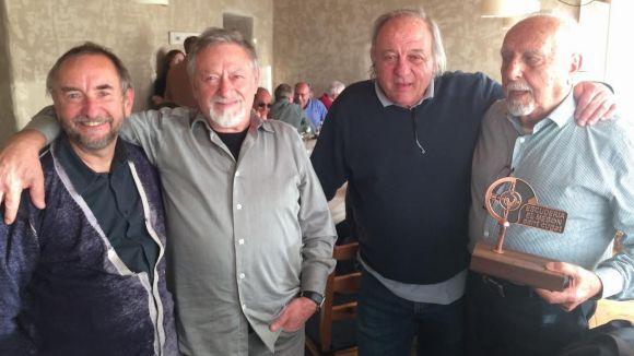 Joan Servera, a la dreta, amb el guardó commemoratiu