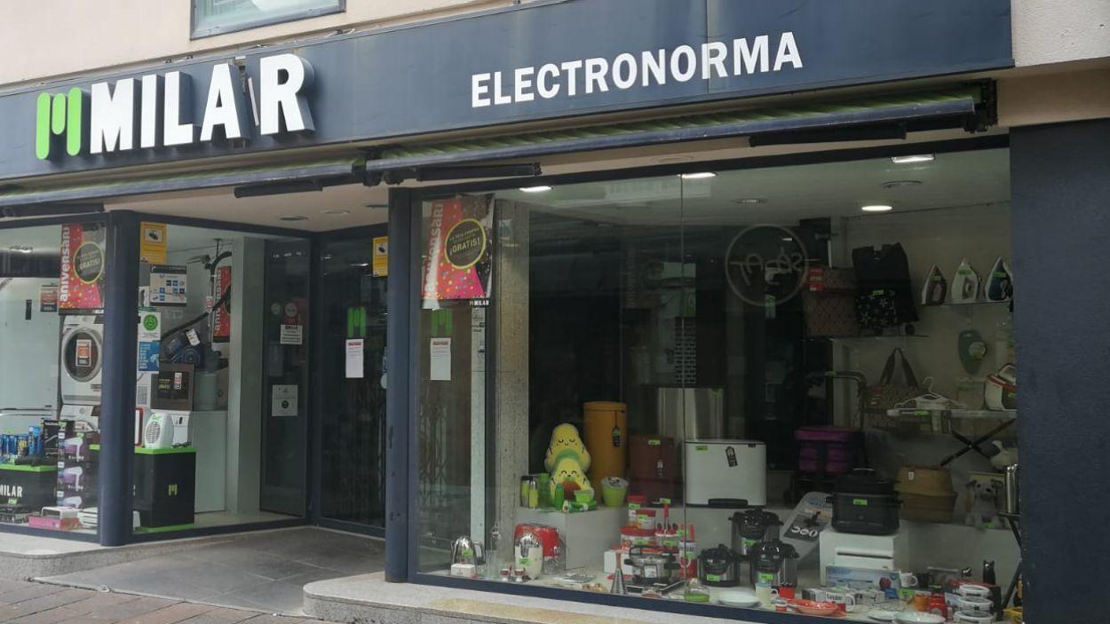 botiga Milar del carrer Santiago Rossinyol manté les seves compres en línia / Foto: Cugat Mèdia