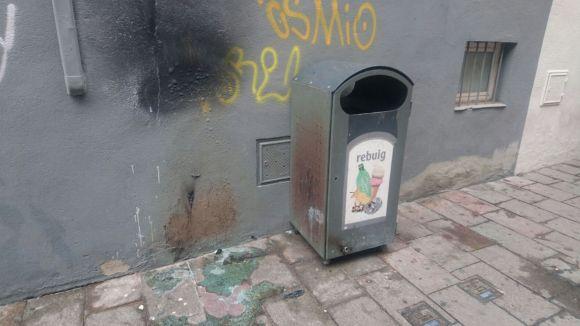Cremen tres mini contenidors del carrer de Valldoreix