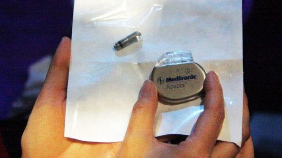 El cardiòleg Lluís Mont implanta el marcapassos més petit del món