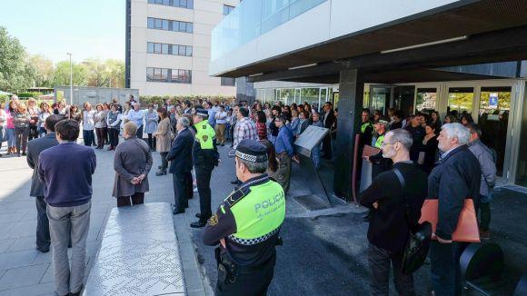 200 persones es concentren per rebutjar l'agressió mortal de l'institut Joan Fuster