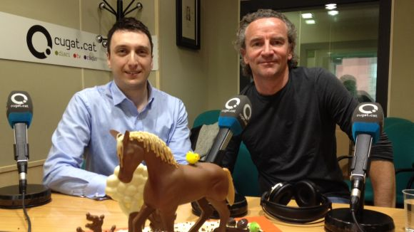 Vladimir Fileski i Yann Duytsche amb la mona, obsequi de Chocolat Factory
