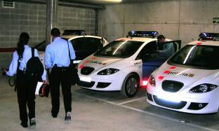 Dos detinguts per robar presumptament a un habitatge unifamiliar amb els propietaris a dins