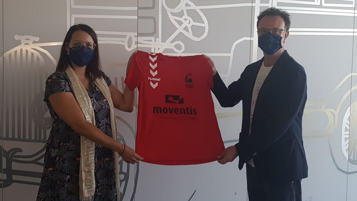 El president del club, Julià López-Arenas i la responsable de màrqueting de Moventis, Ana Gil / Font: Club Handbol Sant Cugat