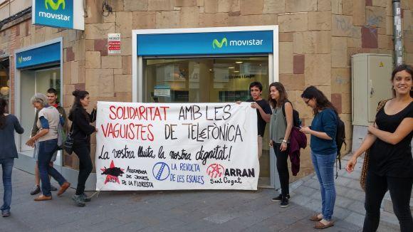 Arran Sant Cugat es concentra davant una botiga Movistar en suport als vaguistes