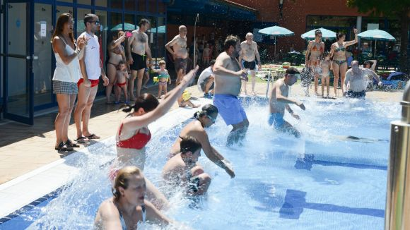 Multitudinari salt a la piscina del Parc Central per l'esclerosi múltiple