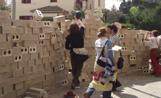 Els alumnes d'arquitectura aixecant el mur de cartró-pedra