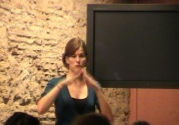 El museu del Monestir ha acollit aquest diumenge la primera visita guiada per a sords