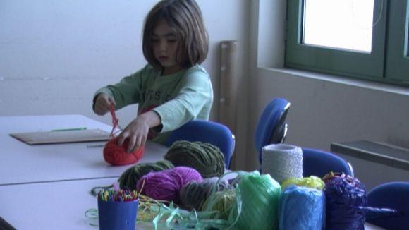 Un taller familiar de tapís escalfa motors per als actes contra la violència de gènere
