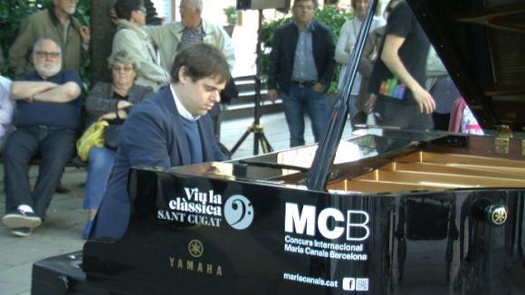 Mig miler d'espontanis s'anima a tocar els pianos urbans d''El Maria Canals porta cua'